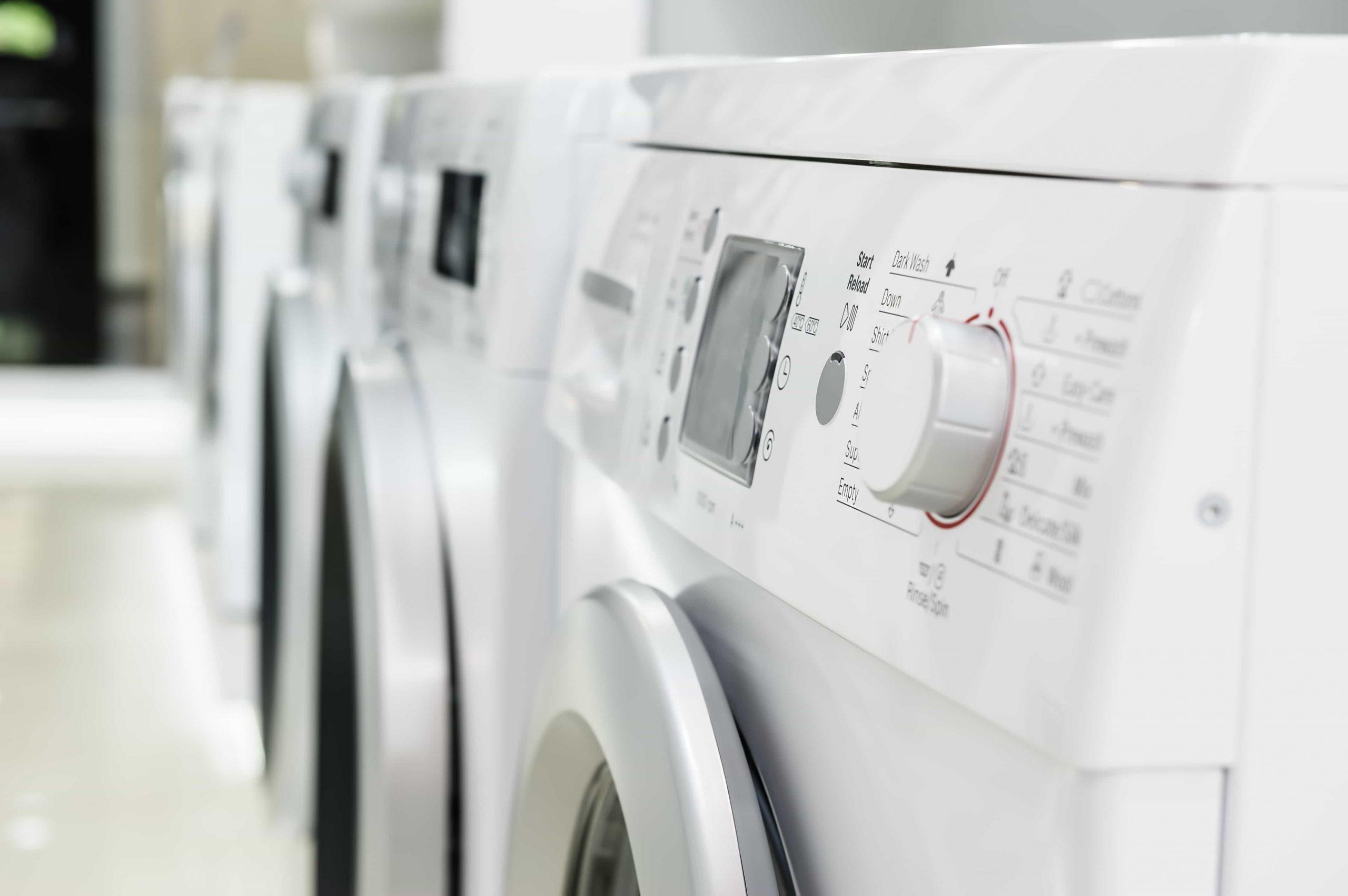 Electrodomésticos modernos en fila